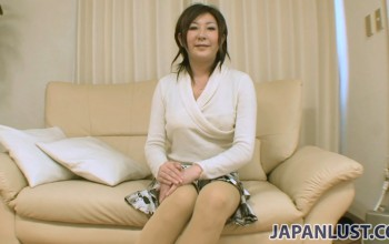 Amateur Japanese Cougar Spreads for Creampie